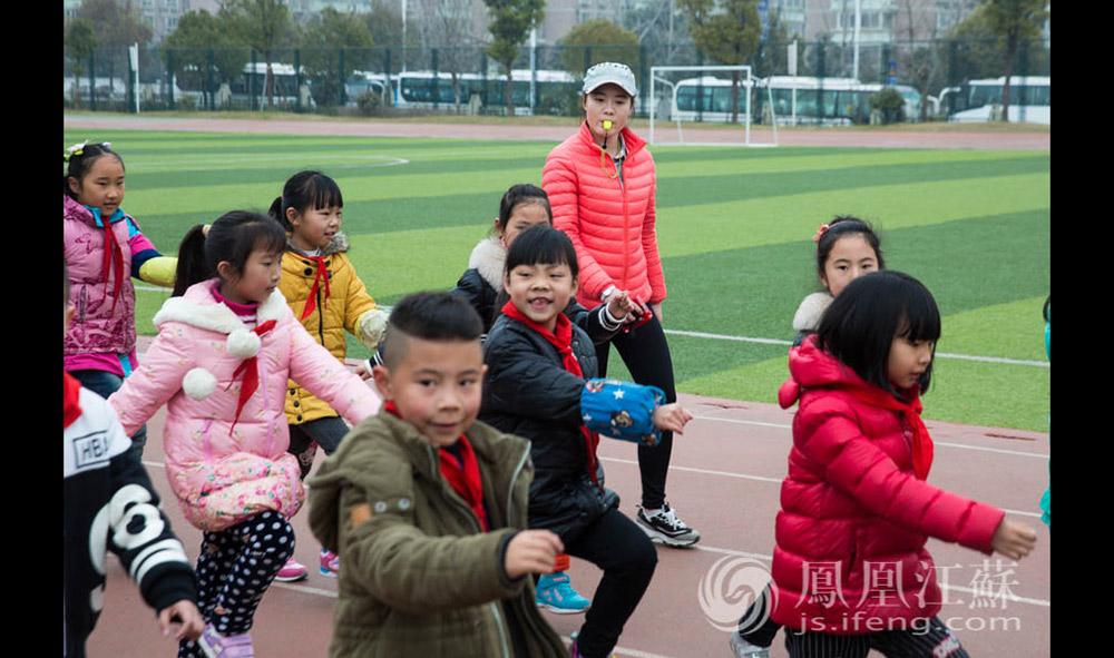 """王倩是宜兴姑娘,大学毕业后,她选择了留在南京。她非常喜欢体育老师这份职业。""""孩子们都非常单纯,和他们打交道我真的很快乐。""""(汪霞/文 毛寿皓/摄)"""