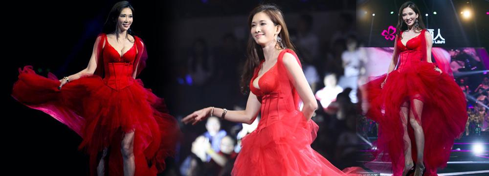 42岁林志玲穿薄纱红裙走秀 身材逆天