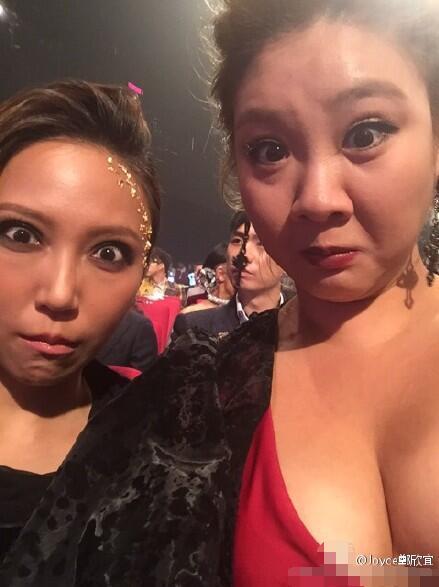 [明星爆料]180斤郑欣宜穿性感礼服参加颁奖礼 事业线抢镜