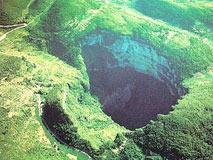 宜宾乡村连冒26个大坑 深不见底