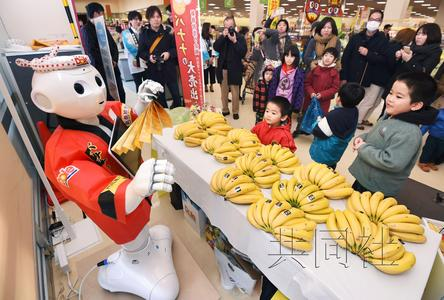 日本机器人主持香蕉大甩卖