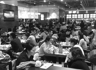 """""""市民赵先生想在元旦当天订一桌团圆宴,以便陪父母亲人跨个年吃顿饭"""