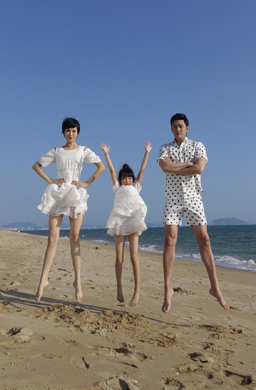 [明星爆料]满屏大长腿!陆毅带全家出游 海边玩跳跃(图)