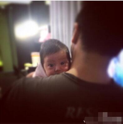 [明星爆料]欧弟女儿趴其肩头好奇望镜头 大眼呆萌(图)