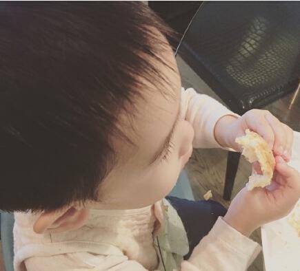 [明星爆料]应采儿跟儿子吃醋:我妈妈只给她外孙买早餐
