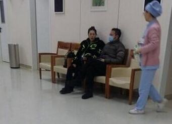 [明星爆料]网曝印小天陪老婆入院待产 自己感冒戴口罩(图)