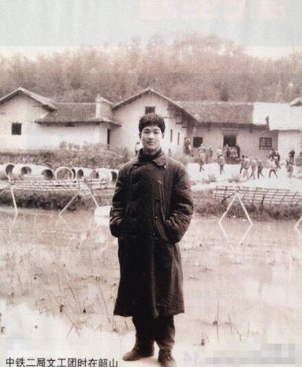 [明星爆料]张国立晒18岁青涩旧照 蒋欣调侃:小鲜肉