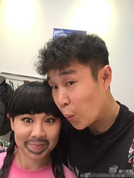[明星爆料]沈春阳画胡子扮海盗 小沈阳高喊:快吻我(图)