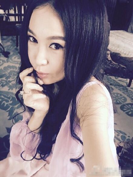 [明星爆料]50岁温碧霞穿粉红连衣裙自拍 嘟嘴卖萌(图)