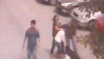 实拍两伙人械斗 2名女子站中央对殴