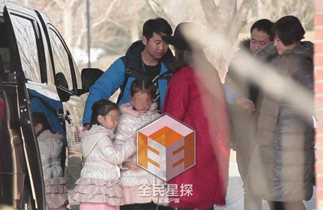 [明星爆料]关悦携两个女童探班佟大为 疑系二胎曝光(图)