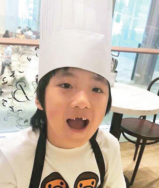 """[明星爆料]7岁费曼掉门牙 吴镇宇笑儿子""""崩牙曼"""""""