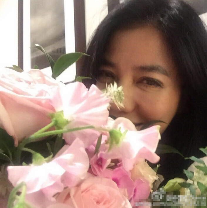 [明星爆料]56岁钟楚红花堆中庆生 容颜不老仍似少女(图)
