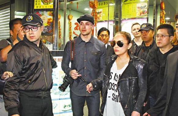[明星爆料]滨崎步带外籍老公游香港 男方随行似小跟班
