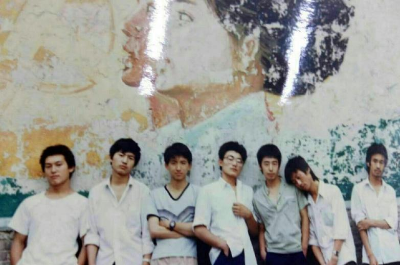 [明星爆料]贾樟柯晒中学时旧照 男同学销魂地躺在其肩头