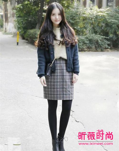 小个子女生穿衣搭配要点:短款毛呢外套+毛衣+格子