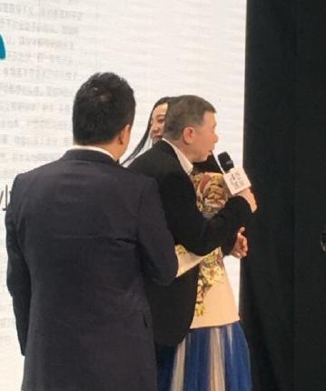 [明星爆料]范冰冰拥抱冯小刚 男方:胸很大啊