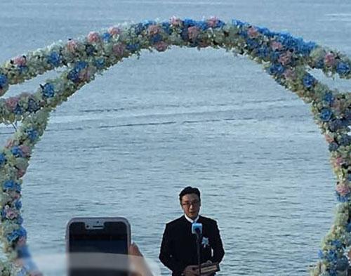 """[明星爆料]隆诗婚礼进行中!""""皇阿玛""""刘松仁上台主婚(图)"""