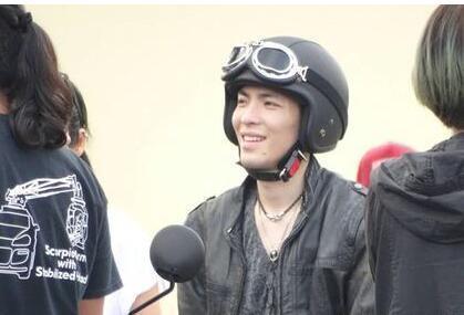 [明星爆料]萧敬腾拍飞车特技 不慎摔落车外受伤