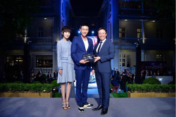 [明星爆料]陆毅鲍蕾甜蜜合体亮相 入手豪车成中国首位车主