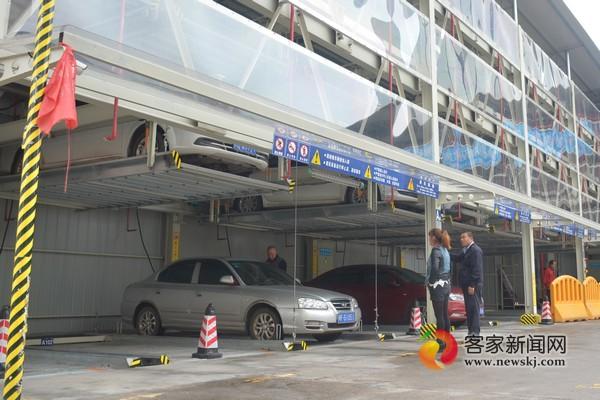 章贡区红旗大道国光超市立体停车库,工作人员操控一辆停放在地面