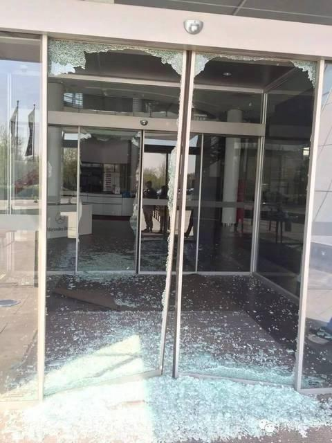 [明星爆料]歌手陈红前夫亲属砸碎奔驰中心大门 多人被拘留