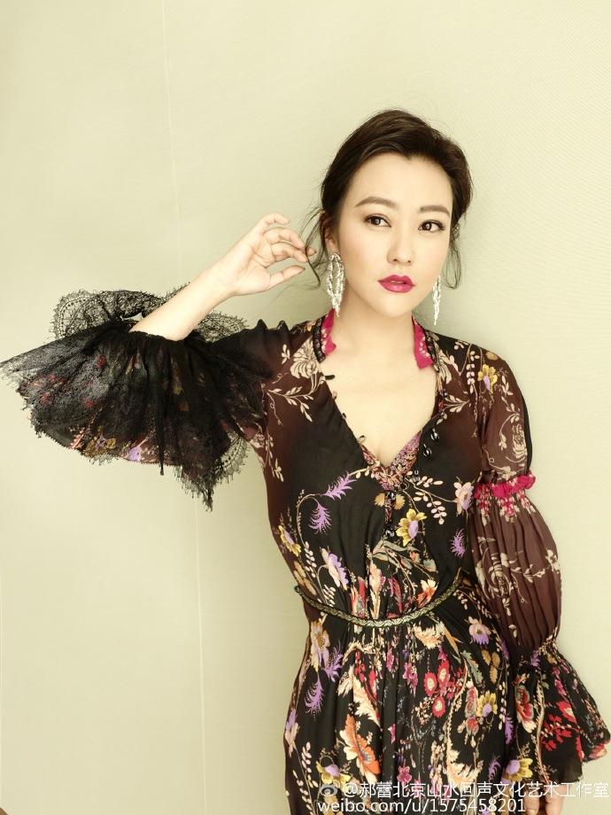[明星爆料]郝蕾有胸有颜风情万种 低胸裙大秀性感事业线(图)