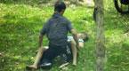 女老师遭男子拖入草丛 反抗遭割喉满身是血