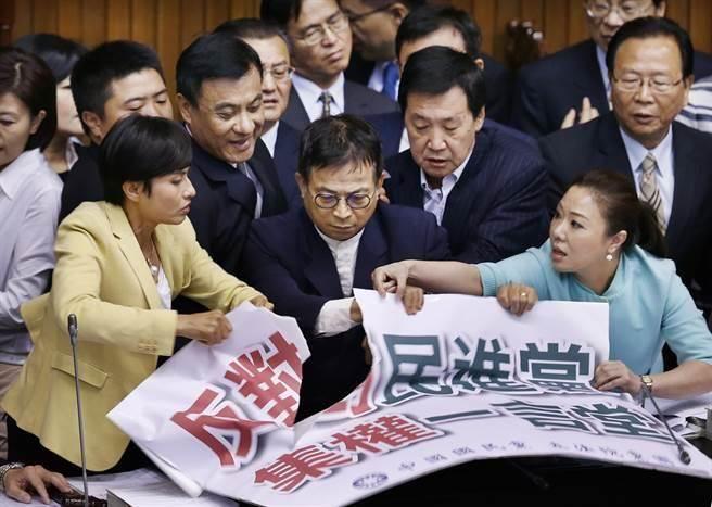 史上首次!国民党立委学民进党占领立法院主席台