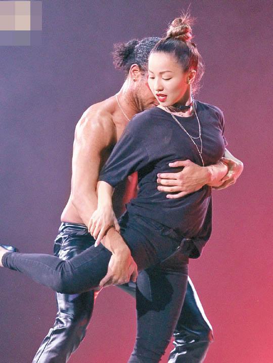 歌手郑融看演唱会被半裸男抱上台 否认被袭胸 [有看点]