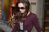 """维多利亚·贝克汉姆 (Victoria Beckham)身着灰色格子裙紫色开衫,逛Miu Miu满载而归,情人节犒劳自己。依旧女人味十足的装扮,相信小贝情人节一定再次被""""电晕""""。"""