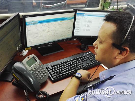 """110指挥中心接报警平台,民警正在处理警情。 原标题:西安110中心升级信息化网络普通报警可""""秒派"""" 西部网讯(记者李媛) 记者今天(9月8日)从西安市公安局了解到,从今天凌晨3点26分开始,西安110报警指挥系统从传统人工接报警正式升级为信息化网络操作。据了解,新的信息化网络操作系统运用后,接报警速度将大大提升,普通案件可实现""""秒派""""。同时,重大案件将实现特警、交警、巡警等多警种的实时统一联动。 警情在线生成""""秒派""""接报普通案件"""