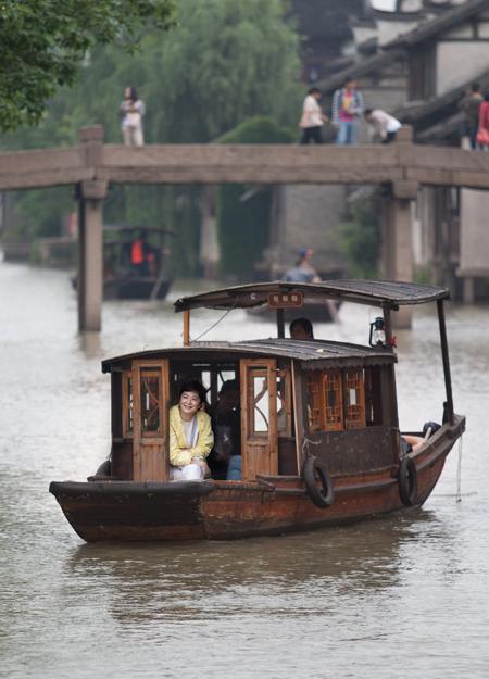 5月17日,林青霞低调现身乌镇景区内,身穿一袭浅黄雨衣冒雨上船赏景,引起景区游人惊呼连连。