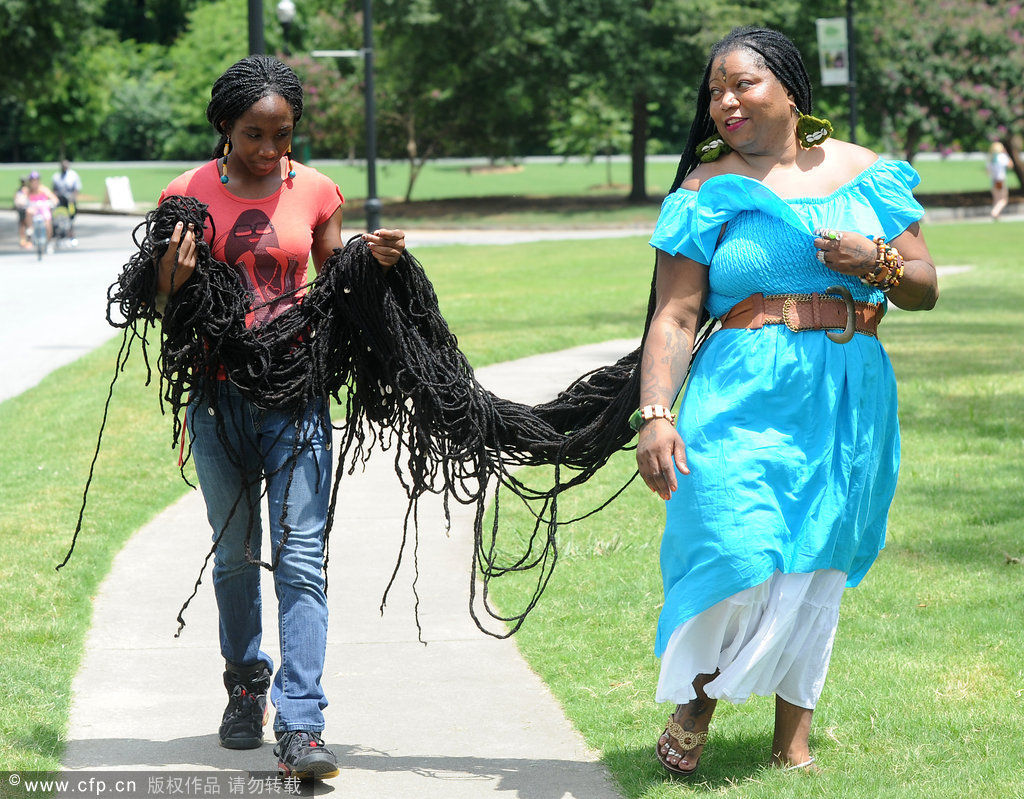 47岁的asha mandela在家中展示自己创作世界吉尼斯纪录的长发绺.图片