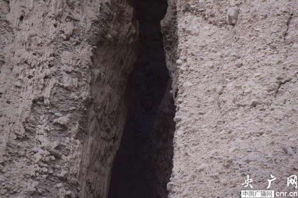 吐鲁番/男子被困吐鲁番火焰山悬崖缝隙内两天一夜...