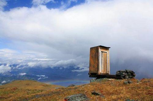 """俄一厕所建于悬崖边号称全球""""终极""""厕所(图)"""