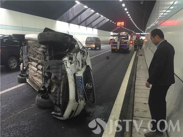 今天(27日)中午1点,南京清凉门隧道由北向南方向,一辆别克轿车撞上一辆大众轿车,随后别克侧翻,汽油躺了一地,目击者称,车辆失控,飞出滑行近百米。随后,抢险人员赶到,为了避免二次事故发生,迅速清理现场。据了解,事故原因可能是因为车速过快,雨天路滑造成。事故没造成人员受伤,隧道拥堵半小时。