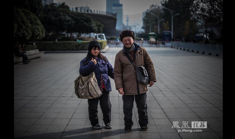 """夫妻二人自称来自安徽利辛县,今年60多岁。男子指着身边的女子说:""""这是我媳妇,是个哑巴。""""他说家里老母亲已经八十多岁,儿子目前在天津上大学,两个女儿已经出嫁。12月9日,两人在南京火车站向行人讨钱,嘴里近乎机械地重复说""""谢谢""""。(彭铭/摄 孙子玉/文)"""