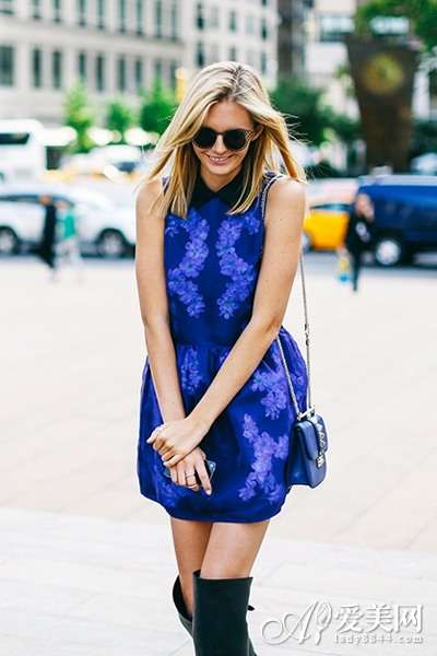 示范搭配: 蓝色印花连衣短裙+长靴+深蓝色链条迷你单
