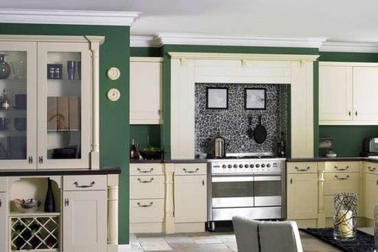 欧式古典风格厨房设计图赏 带着清新田园气息的欧式风格厨房装修,深绿的色调有着一种低调的美感,欧式风格的装修色调多以深色为主,整个厨房显得大气而从容,不似一般的田园装修带着小家碧玉的情怀。
