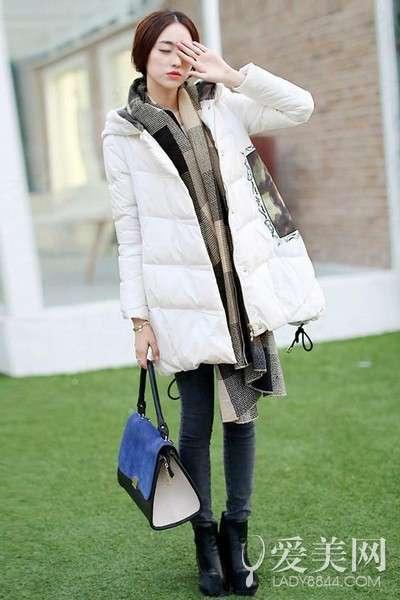 搭配要点:白色长款羽绒服+深灰色小脚牛仔裤+黑色短