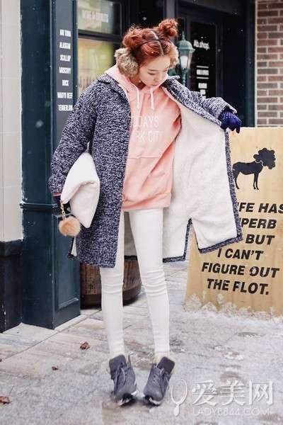 搭配要点:粉色连帽卫衣+灰色呢子大衣+白色紧身裤