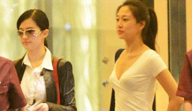 刘亦菲外出会友 美女闺蜜深V抢镜