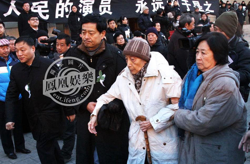 2013年1月24日,北京,话剧大师于是之告别仪式举行。早7:30左右,于是之的灵车到达首都剧场,并绕场一周。人艺演职人员与老先生做最后的告别,路边群众在听闻消息时也驻足目送这位人民艺术家。凤凰网娱乐第一时间赶赴现场,全程直击告别仪式。图为濮存昕搀扶于是之老伴离场。(图、文:凤凰网娱乐独家)