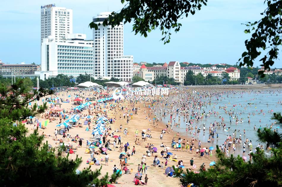 青岛夏日海滩变秀场