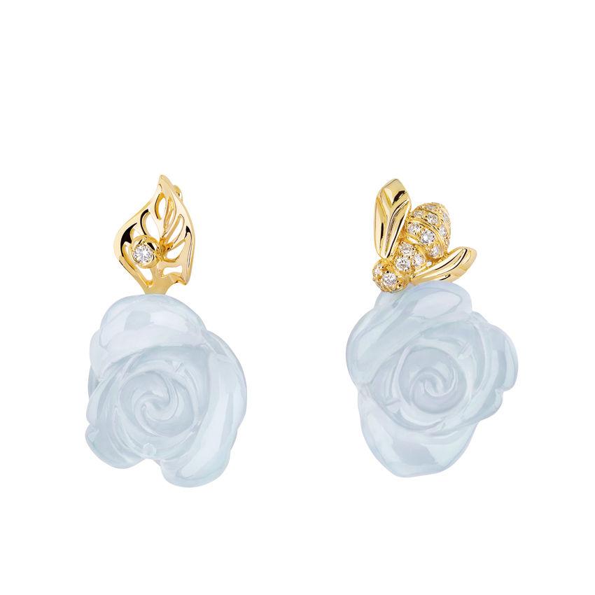 玫瑰是迪奥先生最爱的花朵。一束玫瑰,令人想起在Milly-la-Foret花园的午宴和野餐。 蜜蜂在花间采蜜,每朵玫瑰都以手工打造,有红珊瑚、白珊瑚和缟玛瑙制成的玫瑰。Dior高级珠宝Rose Pre-Catelan系列蓝玉髓耳环。