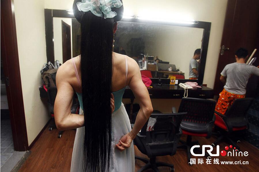 男子反串女孩舞蹈表演9年 在郑州买房娶妻 陕