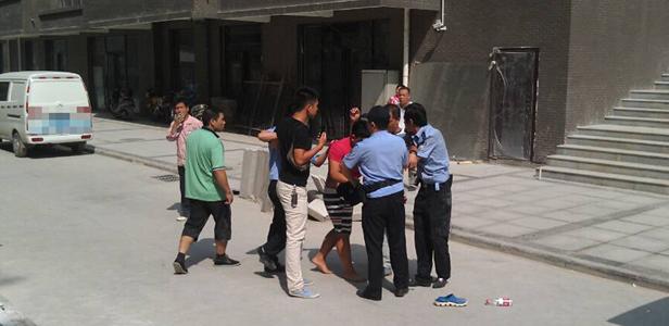 沙霸阻挠业主带沙子进小区 民警处警被按地上十分钟