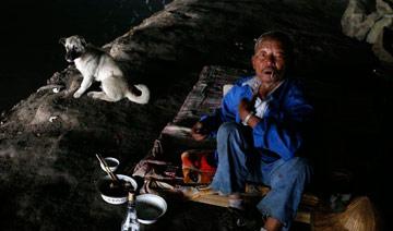 宁波六旬老人蜗居桥洞12年 仅有床却布置很温馨
