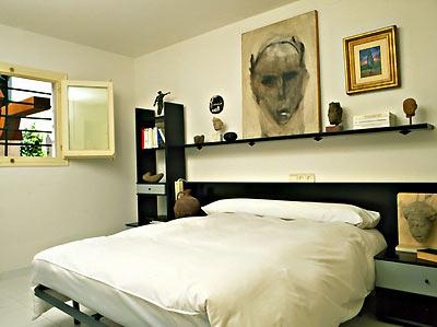 床头挂画太大,非死即伤,不可不慎。